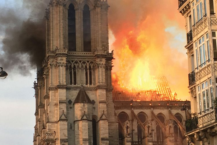 Notre Dame: former Met director Philippe de Montebello among 1,000 experts urging Macron not to rush restoration