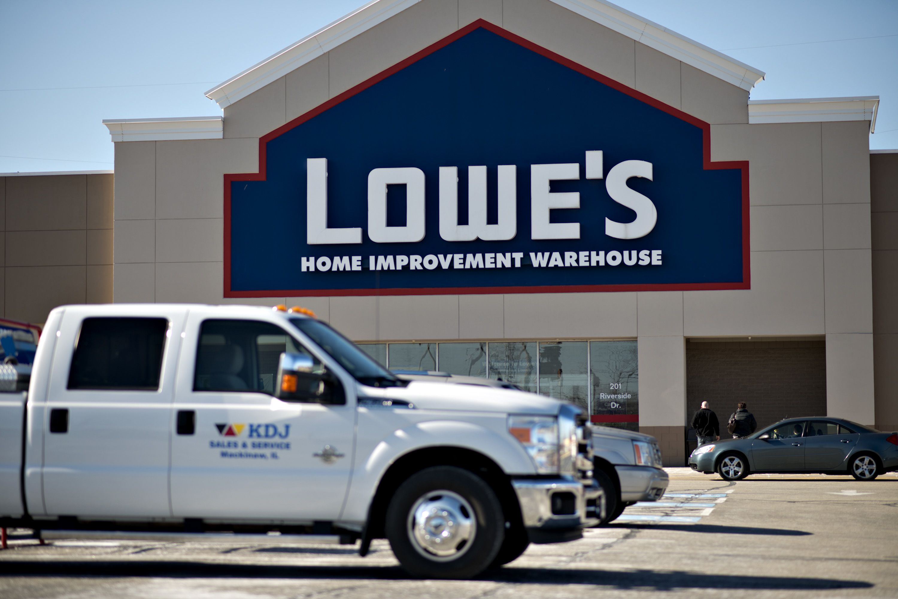Lowe's shares down after posting mixed first-quarter earnings